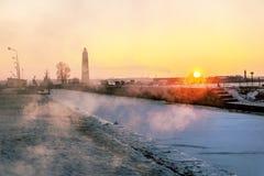 Petrovsky船坞运河和一座木灯塔看法在日落 库存照片