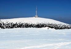 Petrovy kameny et colline de Praded avec l'émetteur de TV en montagnes de Hruby Jesenik d'hiver Photos libres de droits