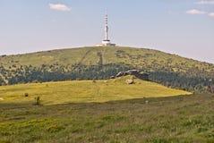 Petrovy kameny stenar och Praded kulle i Jeseniky berg Royaltyfria Bilder