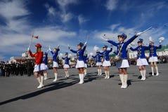 PETROZAVODSK, RÚSSIA ? O 9 DE MAIO: meninas do baterista no celebr da parada Fotos de Stock Royalty Free