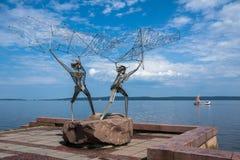Petrozavodsk, República de Karelia, Rusia, el 5 de agosto de 2013: ` De los pescadores del ` - escultura en el terraplén de Onega imágenes de archivo libres de regalías
