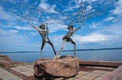 Petrozavodsk, República de Karelia, Rusia, el 5 de agosto de 2013: ` De los pescadores del ` - escultura en el terraplén de Onega fotografía de archivo libre de regalías