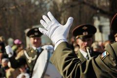 PETROZAVODSK, RUSIA ? 9 DE MAYO: mano del conductor en un guante blanco encendido Imagen de archivo