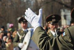 PETROZAVODSK, RUSIA ? 9 DE MAYO: mano del conductor en un guante blanco encendido Imagen de archivo libre de regalías