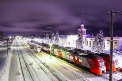 """Petrozavodsk, Russie - 7 janvier 2019 : Nuit de """"hirondelle """"de train à grande vitesse sur la plate-forme, chemins de fer russes images libres de droits"""