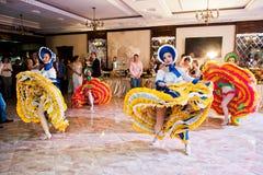Petryky, Ucrania - 14 de mayo de 2016: Ballet de la demostración de la danza en casarse el PA Imagen de archivo