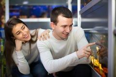 在petshop的夫妇观看的鱼 图库摄影