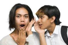 Pettegolare asiatico dei due adolescenti Immagini Stock Libere da Diritti