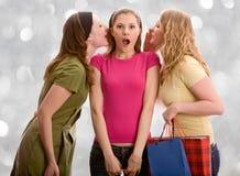 Pettegolare attraente delle ragazze. Isolato su bianco Immagini Stock Libere da Diritti