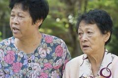 Pettegolezzo anziano asiatico delle donne all'aperto immagini stock
