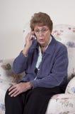 Pettegolezzo maggiore maturo di colloquio del telefono delle cellule della donna Immagine Stock