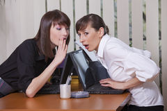 Pettegolezzo in ufficio Immagini Stock Libere da Diritti