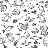 Pettern sem emenda do marisco Ilustrações tiradas mão do vetor Peixes do oceano no estilo gravado Esboço do caranguejo, lagosta,  Fotos de Stock