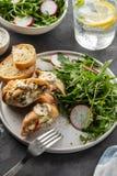 Petti di pollo arrostiti farciti con i funghi, la cipolla verde, il pepe e l'insalata fresca guarnita e l'insalata di razzo immagine stock libera da diritti