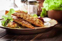 Petti di pollo arrostiti serviti con paprica arrostita Immagini Stock
