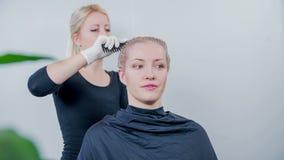 Pettinando i capelli prima del lavarlo su archivi video