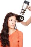 Pettinandosi ed asciughi i capelli Immagini Stock