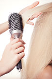 Pettinatura del pettine dei capelli. Fotografia Stock