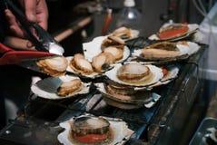 Pettine del barbecue nel mercato ittico Immagine Stock