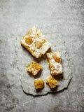 Pettine naturale del miele su un supporto di pietra Immagine Stock Libera da Diritti