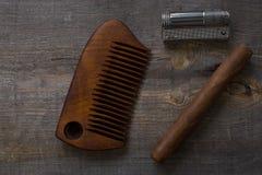 Pettine per le bugie sigar e e dell'accendino di una barba, su un fondo di legno Fotografia Stock Libera da Diritti