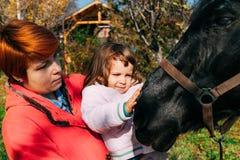 Petting ένα άλογο στοκ φωτογραφία με δικαίωμα ελεύθερης χρήσης