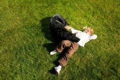 petting девушки собаки Стоковая Фотография