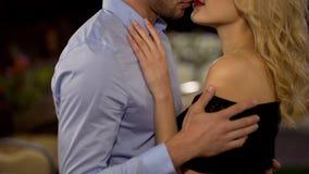 Обольстительная женщина и человек обнимая и petting один другого в парке, любовь, дату стоковые фото