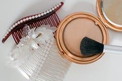 Pettini dei capelli e compatto antichi di trucco Fotografie Stock Libere da Diritti