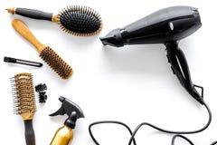Pettini e strumenti del parrucchiere nel salone di bellezza sul copyspace bianco di vista superiore del fondo Immagini Stock Libere da Diritti