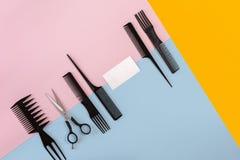 Pettini e strumenti del parrucchiere sulla vista superiore del fondo di colore fotografie stock libere da diritti