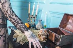 Petto, candele e una bottiglia sulla tavola Fotografie Stock Libere da Diritti