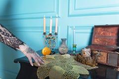 Petto, candele e una bottiglia sulla tavola Fotografia Stock