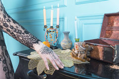 Petto, candele e una bottiglia sulla tavola Immagini Stock