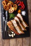 Petto casalingo fritto della carne di maiale con il primo piano al forno delle patate sull'tum fotografia stock libera da diritti