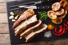 Petto casalingo fritto della carne di maiale con il primo piano al forno delle patate sull'tum immagini stock libere da diritti