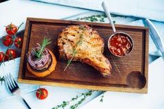 Petto con salsa su un bordo di legno Fotografia Stock