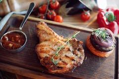 Petto con salsa su un bordo di legno Immagine Stock
