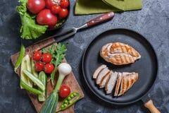 Petto del pollo sulla pentola e sugli ortaggi freschi fotografie stock