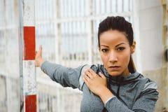 Petto della donna di forma fisica che allunga allenamento Fotografia Stock