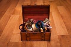 Petto di legno in pieno di gioielli immagini stock libere da diritti