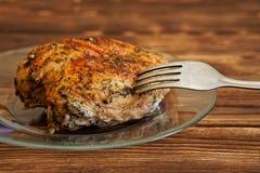 Petto di pollo al forno della prima colazione del paese in un piatto trasparente su una superficie di legno immagini stock