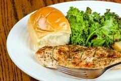 petto di pollo al forno Erba-crostoso Fotografia Stock Libera da Diritti