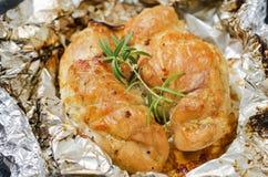 Petto di pollo al forno piccante con i rosmarini Fotografie Stock Libere da Diritti