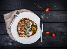 Petto di pollo arrostito con i funghi e gli spinaci fritti fotografia stock libera da diritti