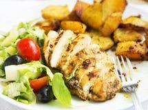 Petto di pollo arrostito con le patate dolci ed il contorno di insalata Fotografie Stock