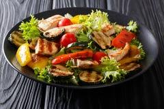 Petto di pollo arrostito e primo piano delle verdure di estate su un piatto fotografie stock libere da diritti