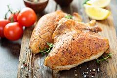 Petto di pollo arrostito o affumicato con l'osso e la pelle immagine stock