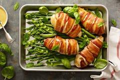Petto di pollo avvolto bacon con asparago fotografie stock