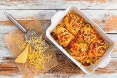 Petto di pollo farcito con il prosciutto, formaggio, pomodori Fotografia Stock